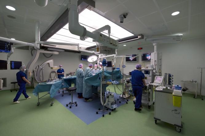 Het St. Antonius Ziekenhuis Utrecht heeft als eerste ziekenhuis in Nederland een hybride operatiekamer geopend. De OK is een combinatie van een röntgenkamer en een hoog steriele operatiekamer. Daardoor kunnen nu zowel open operaties als gesloten procedur